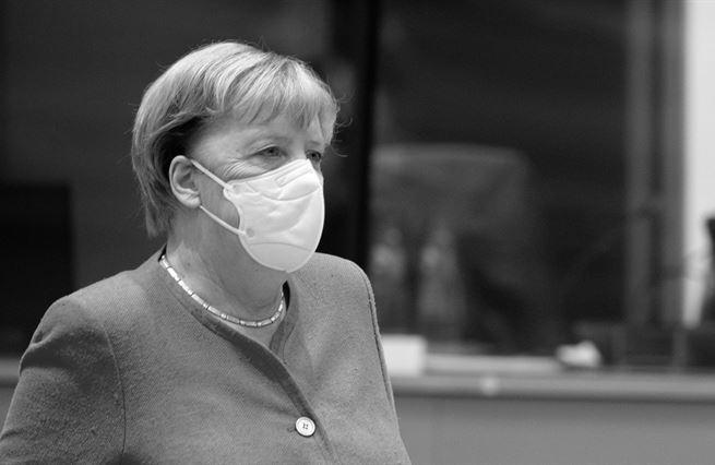 Místo selanky pěkný cirkus. Odcházení Merkelové Evropu zabolí