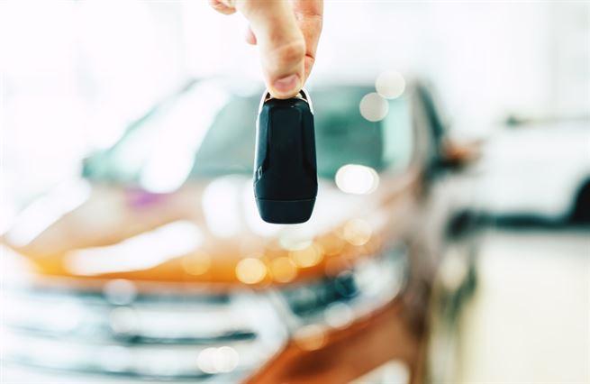 Automobilky u dna, ceny v oblacích. Na nové auto dosáhnou už jen bohatí