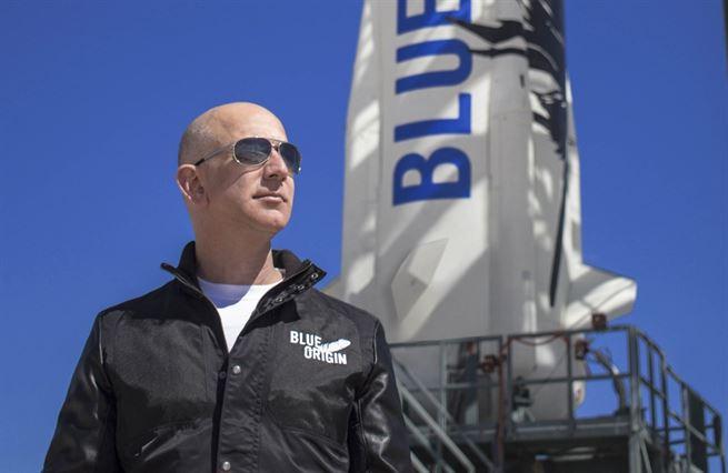 Bezos letí do vesmíru. Na křídlech bezohlednosti k dělníkům Amazonu