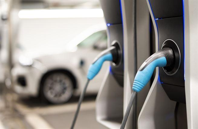 Auta na baterky očima expertů. Má stát podporovat rozvoj elektromobility?