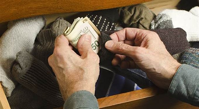 Malé peníze: Kam schovat prachy? Lepší Kypr, nebo mrazák?