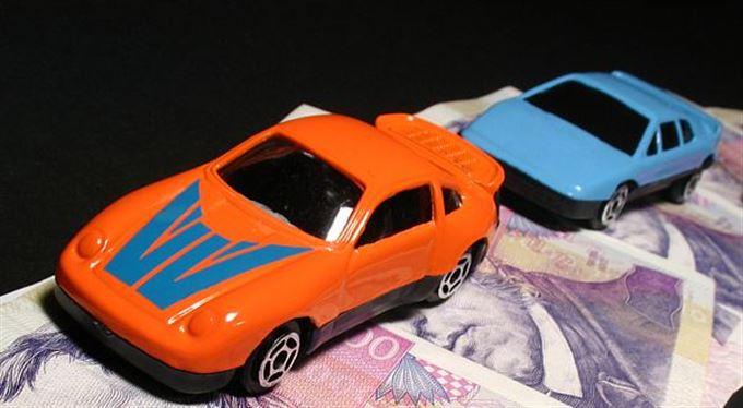 Snižte daně, křičí řidiči! Víc než půlka ceny benzinu jde státní kase