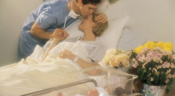 Otec u porodu jako platící zákazník. Za tisíc. Popuzuje vás to?