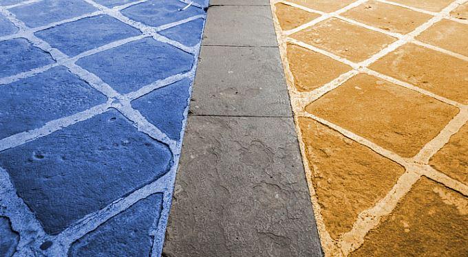 I chodníky jsou modré a oranžové. Víc, než si myslíte