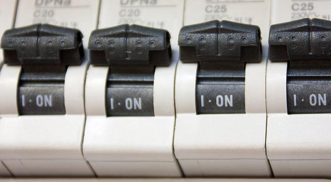 Nový jistič kvůli novým tarifům elektřiny? Tisícovky za výměnu