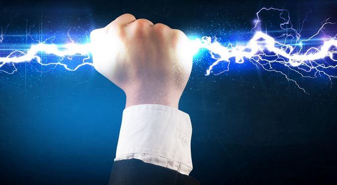Elektřina na burzách zběsile zlevňuje. Vyděláváte i vy?
