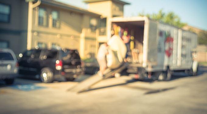 Příspěvek na stěhování se vyplácí už rok. Zatím ho dostalo 70 lidí