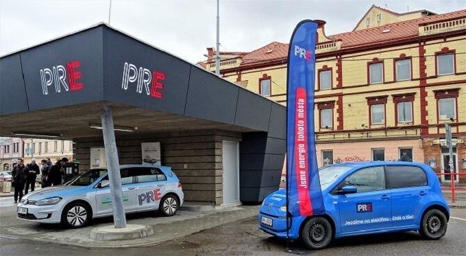 V Praze otevřeli unikátní nabíjecí stanici pro elektroauta. Elektřinu bere z fotovoltaiky