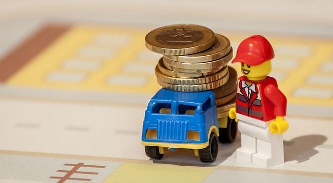 Platby v eurech za pár korun. Evropská komise chce zlevnit přeshraniční transakce