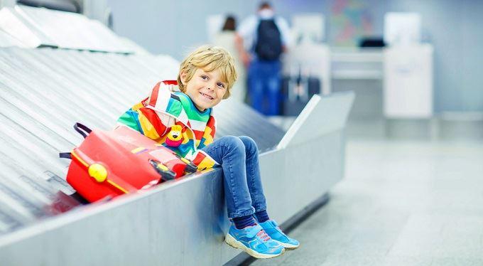 S dítětem do ciziny. Kde a jak rychle mu vydají občanku nebo pas. A za kolik