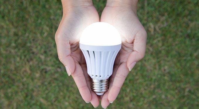Dnes vám dají k elektřině žárovku zadarmo, zítra budou hrozit exekucí