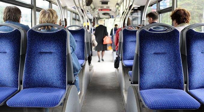 Prvního září zlevňuje jízdné na vlaky a autobusy. O kolik a pro koho?