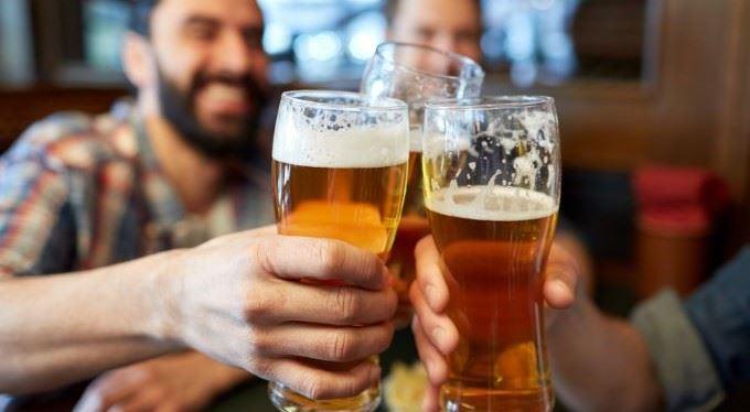 Chrání nás před alkoholem i Sportkou. Proč ale vláda zlevní pivo?