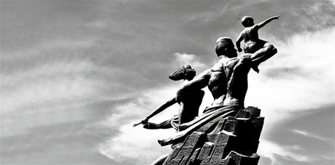 O budování národa, prsu a osobní chamtivosti